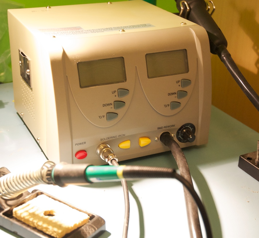 """The ZD-912 is a majestic soldering station, with an oversize case"""